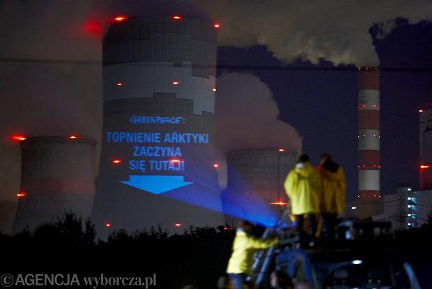 Akcja aktywistów Greenpeace na kominie w Bełchatowie, sobota 9 listopada 2013 r.