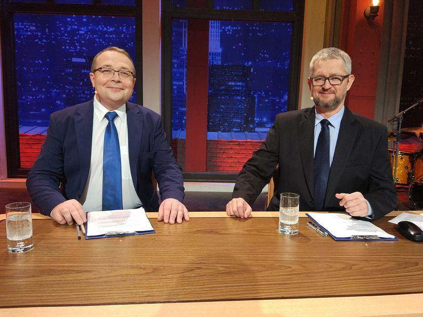 Piotr Gociek i Rafał Ziemkiewicz prowadzący program 'Przybliżenie' na antenie TVP2