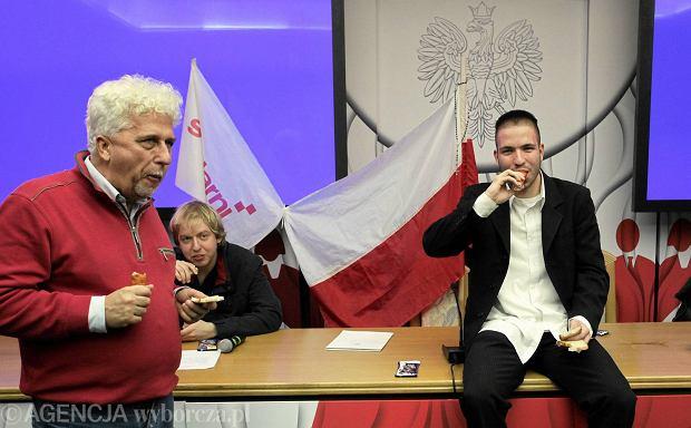 Demonstranci pod kierownictwem Ewy Stankiewicz i Grzegorza Brauna wdarli się do siedziby PKW i okupują sale konferencyjna