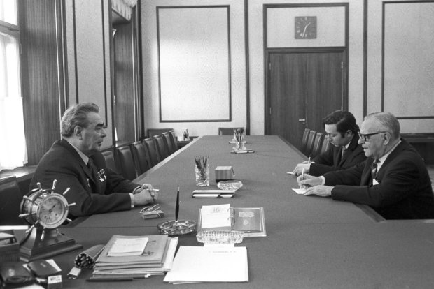 Armand Hammer (z prawej) u Leonida Breżniewa (z lewej). Radziecki przywódca wielokrotnie przyjmował biznesmena na Kremlu, a ten w swej autobiografii określił genseka jako