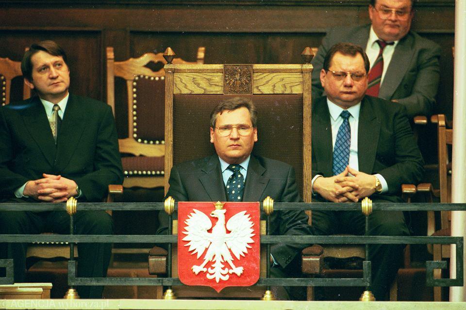 Konstytucja z 2 kwietnia 1997 r. została opracowana przez komisję konstytucyjną Zgromadzenia Narodowego po pięciu latach prac. Nz. Prezydent Kwaśniewski obserwuje obrady Zgromadzenia Narodowego dot. konstytucji. 24 luty 1997