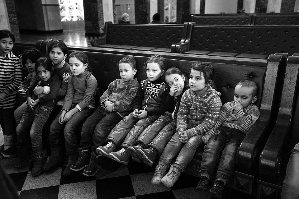 Bez lekarza. Czeczeńskie dzieci na dworcu w Brześciu. Wiele z nich choruje z zimna. Miesiącami nie mają dostępu do opieki lekarskiej. Pomagają tylko organizacje pozarządowe