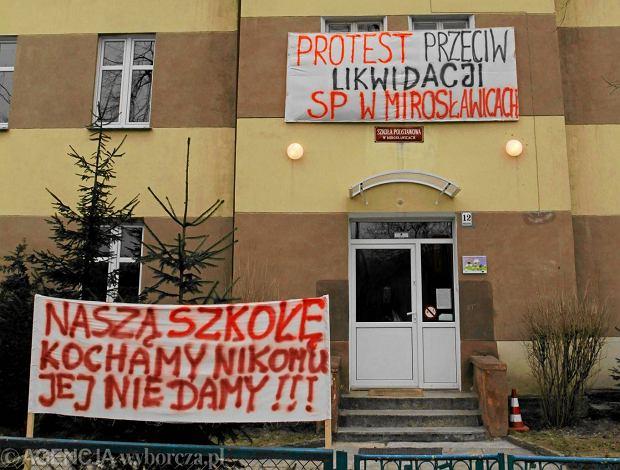W styczniu 2011 r. - mimo protestów rodziców - radni podwrocławskiej Sobótki zlikwidowali podstawówkę w Mirosławicach (na zdjęciu). Uczyło się w niej ok. 70 dzieci. Dziś dowożone są do szkół w sąsiednich miejscowościach. Szefowa MEN apeluje, aby samorządy małych szkół<br /><br /><br /><br /><br /><br /><br /><br /> nie zamykały. Jej zdaniem lepiej<br /><br /><br /><br /><br /><br /><br /><br /> przekazać je organizacjom