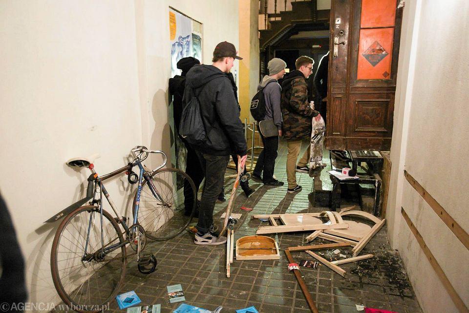 Zamaskowani mężczyźni zaatakowali anarchistyczną klubokawiarnię 'Zemsta' w Poznaniu