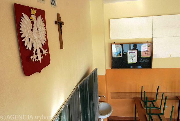Krzyż w szkolnej klasie