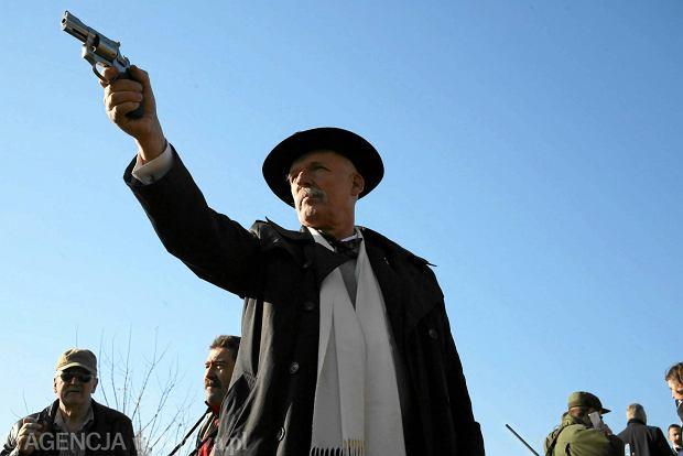 Janusz Korwin-Mikke - pozowanie z bronią, do której dostęp - wg polityka - powinien być powszechny