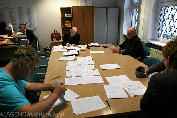 Ręczne liczenie głosów w Miejskiej Komisji Wyborczej w Gdyni