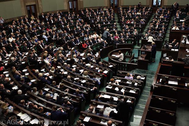 Z najnowszego badania CBOS wynika, że w Sejmie znalazłyby się tylko trzy partie
