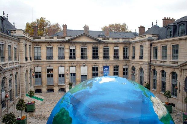 Namiot na dziedzińcu francuskiego ministerstwa ochrony środowiska, w którym odbędzie się najbliższy szczyt klimatyczny.