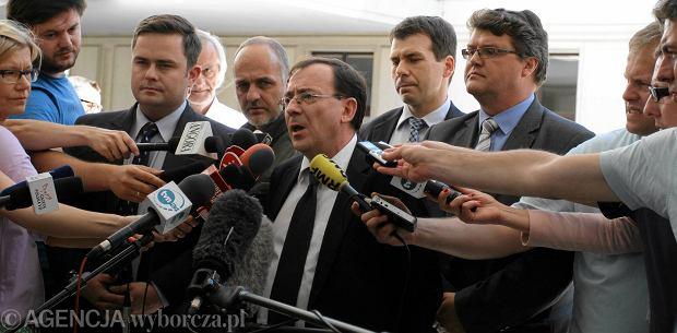 Były szef CBA Mariusz Kamiński 10 czerwca 2014 r. po zamkniętym posiedzeniu Sejmu, na którym<br /> głosowano wniosek o uchylenie<br /> mu immunitetu. Za nim (pierwszy z prawej) jego zastępca w CBA Maciej Wąsik, obecnie radny Warszawy z PiS. Sejm nie zgodził się na uchylenie immunitetu Mariuszowi Kamińskiemu