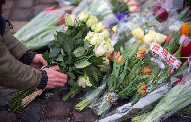 Mieszkańcy Kopenhagi składają kwiaty w miejscu, gdzie zginęły dwie ofiary zamachowca