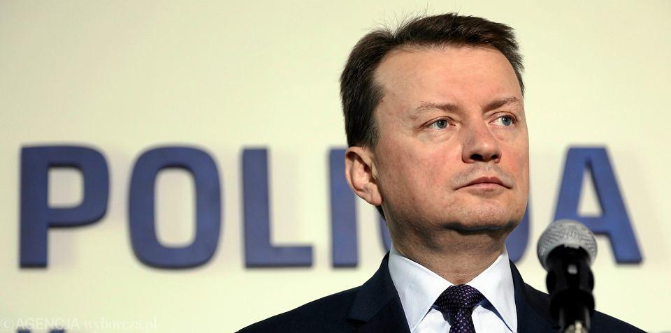 Minister spraw wewnętrznych w rządzie PiS Mariusz Błaszczak podczas konferencji prasowej. Warszawa, 12 maja 2017