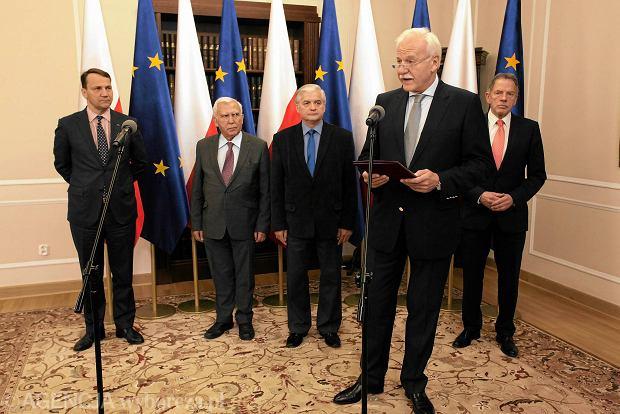 Byli ministrowie spraw zagranicznych - (od lewej) Radosław Sikorski, Adam Rotfeld, Włodzimierz Cimoszewicz, Andrzej Olechowski i Dariusz Rosati - podpisali wczoraj list otwarty popierający Bronisława Komorowskiego