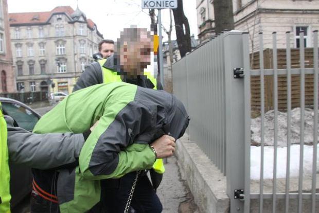 Marzec 2013, policjanci prowadzą Michała M. do jeleniogórskiej prokuratury na przesłuchanie