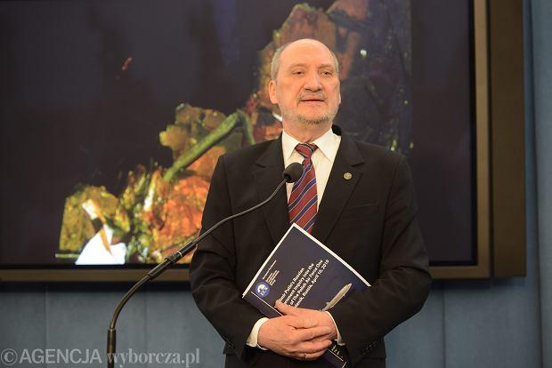W piątą rocznicę katastrofy smoleńskiej Antoni Macierewicz przedstawił teorię kompleksowego zamachu i nakreślił kontekst polityczny tragedii z 10 kwietnia 2010 r.