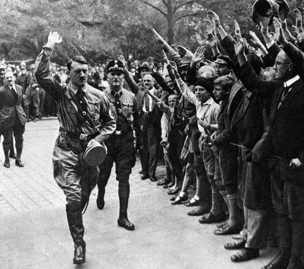 Zwolennicy Hitlera pozdrawiają go nazistowskim salutem. Zdjęcie zrobione w Norymberdze w 1929 roku.