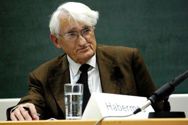 Jürgen Habermas, poważany niemiecki filozof i socjolog. Krytykuje udział Angeli Merkel w