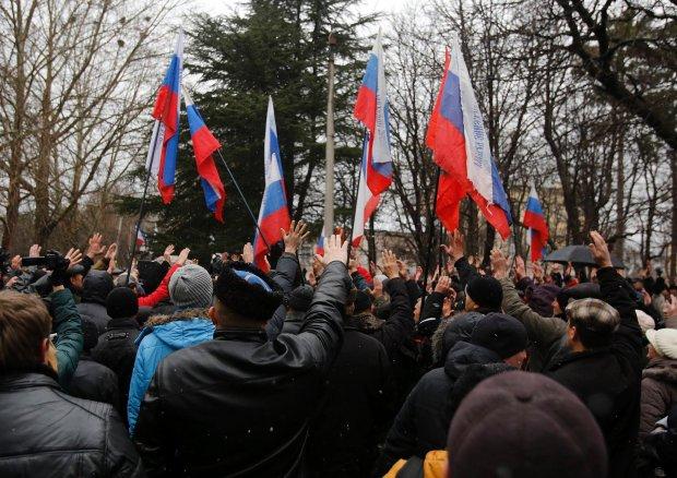 - Nad budynkami powiewają teraz rosyjskie flagi - podaje serwis Lenta.ru. - Przyszliśmy do pracy, ale nie możemy się dostać do budynku Rady Najwyższej, który jest otoczony milicyjnym kordonem - mówił jeden z pracowników krymskiego parlamentu agencji RIA Nowosti. Na zdjęciu: prorosyjscy demonstranci w Symferopolu