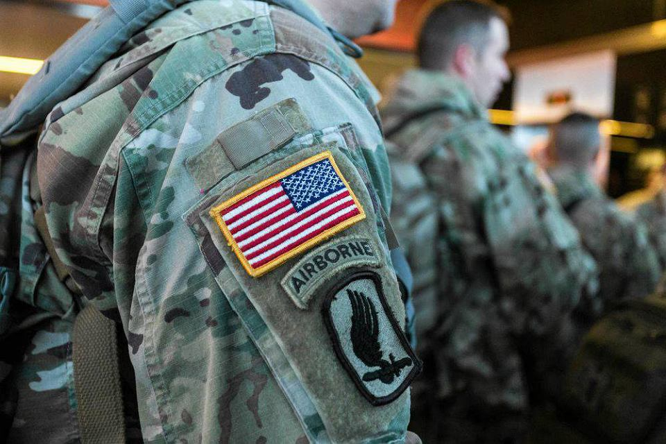 Wrocław, 07.01.2017. Przylot żołnierzy z Armored Brigade Combat Team (ABCT), którzy na co dzień stacjonują w Fort Carson w stanie Colorado w Stanach Zjednoczonych. Ich obecność w Polsce ma wzmocnić wschodnią flankę NATO