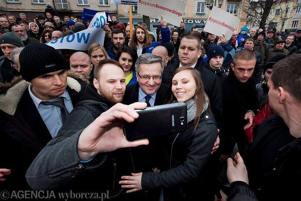 - Chcemy wykorzystać atuty prezydenta, czyli to, że jest naturalny i ma świetny kontakt z ludźmi - mówi<br /><br /><br /><br /> o kampanii wyborczej sztabowiec Bronisława Komorowskiego.<br /><br /><br /><br /> Na zdjęciu<br /><br /><br /><br /> prezydent na spotkaniu<br /><br /><br /><br /> z mieszkańcami Białegostoku, 28 lutego