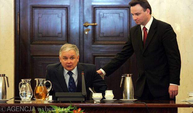 Kancelaria Lecha Kaczyńskiego żadnych zewnętrznych opinii w sprawie SKOK nie zamawiała. Trzy pochodziły od SKOK. Najobszerniejsza, anonimowa, dostarczona Kancelarii Prezydenta przez ministra Andrzeja Dudę, fragmentami pokrywała się co do słowa z wnioskiem do Trybunału Konstytucyjnego. N/z: prezydent Lech Kaczyński i minister Andrzej Duda w styczniu 2008 r.