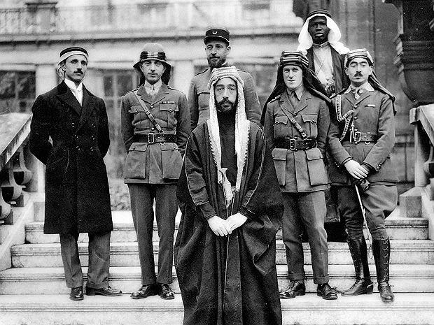 W czasie I wojny światowej Brytyjczycy i Francuzi obiecali Arabom niepodległość, pod warunkiem że przyłączą się do walki z imperium otomańskim. Jednym z największych bohaterów arabskiego powstania był Thomas Edward Lawrence, który bardziej znany jest jako Lawrence z Arabii (trzeci z prawej). Po wojnie Lawrence pojechał specjalnie na konferencję w Wersalu wraz z arabskim księciem Fajsalem (w środku, zdjęcie zrobione w czasie konferencji), aby walczyć o arabskie interesy. Zdawał sobie jednak sprawę, że mocarstwa zachodnie zamierzają podzielić Bliski Wschód między siebie.