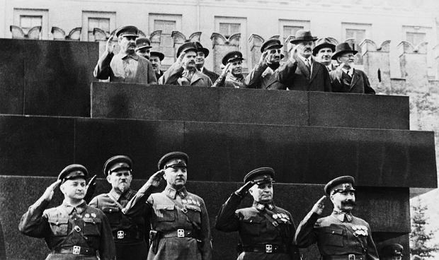 1 maja 1937 r., Józef Stalin (pierwszy z lewej na górze) z najbliższymi współpracownikami odbiera defiladę na placu Czerwonym. Poniżej pierwszy z lewej stoi marszałek Michaił Tuchaczewski, który 11 dni później został aresztowany, a 11 czerwca osądzony i rozstrzelany. Obok niego stoi dowódca Moskiewskiego Okręgu Wojskowego, komandarm I rangi Iwan Biełow. Był w składzie Kolegium Specjalnego, które skazało Tuchaczewskiego na śmierć, a sam został rozstrzelany rok później. Czwarty od lewej - marszałek Aleksander Jegorow stracony w lutym 1939 r. Starości dożyli jedynie marszałkowie Klimient Woroszyłow (w środku) i Siemion Budionny (pierwszy z prawej).