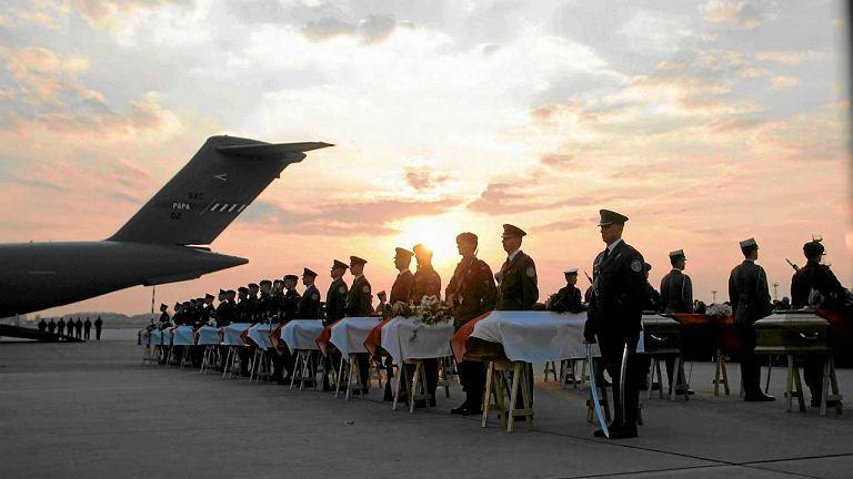 Przylot ostatnich trumien z ciałami ofiar katastrofy pod Smoleńskiem na wojskowe lotnisko Okęcie