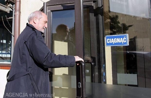Antoni Macierewicz przed siedzibą PiS, 27 października