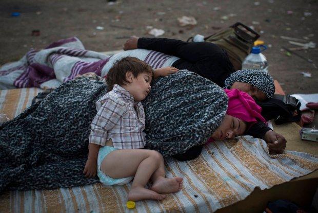 Uchodźcy śpią na ziemi w parku w Belgradzie