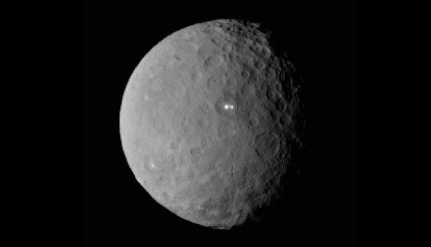 Tejemnicze jasne plamki na powierzchni planety karłowatej Ceres