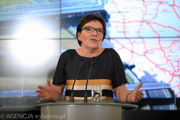 Ewa Kopacz  jest premierem  rządu i nie powinna się łasić