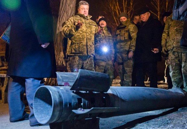 Petro Poroszenko ogląda w Krematorsku skutki ostrzału rakietowego, który we wtorek przeprowadzili rebelianci