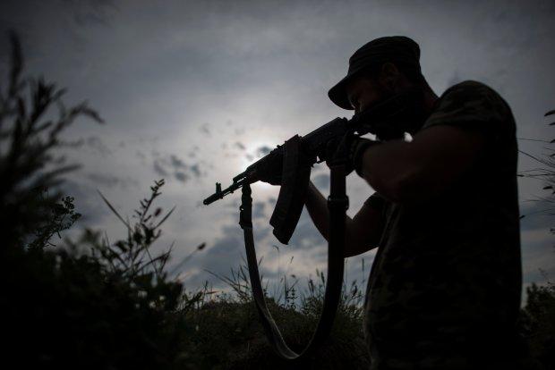 Żołnierz z ochotniczego batalionu Kijów-2 na linii frontu, w pobliżu wioski Krymske na wschodzie Ukrainy