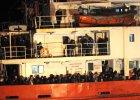 Włoska straż przybrzeżna przejęła statek z 450 imigrantami