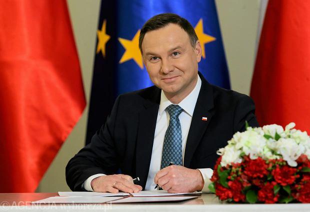 Prezydent Andrzej Duda podpisał ustawę o Sądzie Powszechnym. Dwie pozostałe pisowskie ustawy ograniczające niezależność sądownictwa - według zapowiedzi - zawetuje