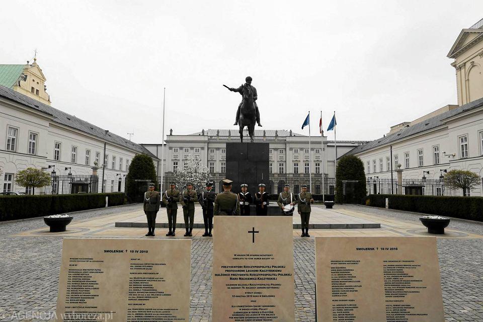 Katastrofa smoleńska. Krakowskie Przedmieście. Widok na Pałac Prezydencki. Przed nim tablice upamiętniające ofiary katastrofy smoleńskiej.