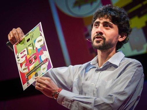 Manu Prakash pokazuje kartonowy wykrój mikroskopu za 50 centów