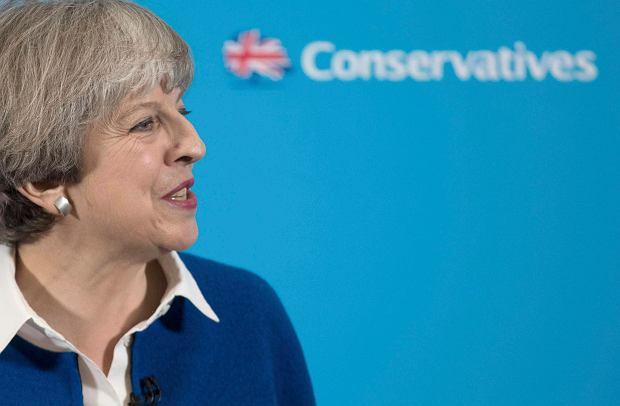 Premier Theresa May na stacji w Wolverhampton, kolejnym etapie jej przedwyborczych podróży