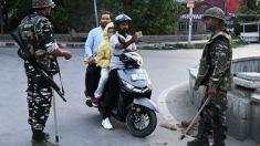 W stanie Dżammu i Kaszmir Indie wprowadziły de facto stan wyjątkowy. Ma to zapobiec gwałtownym protestom po odebraniu Kaszmirowi autonomii