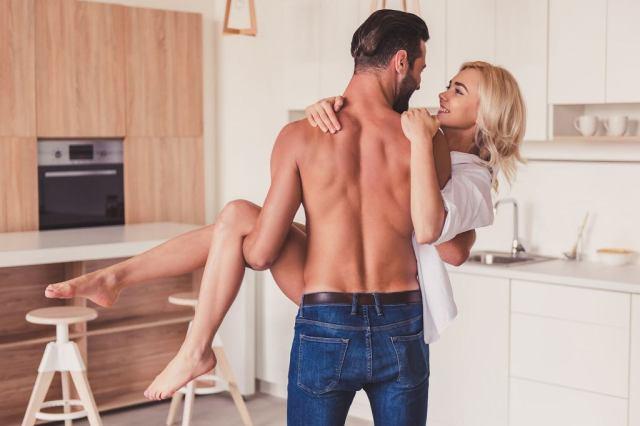 Seksuolodzy podkreślają, że gra wstępna nieraz zaczyna się, nim przekroczycie próg sypialni. Czemu nie w kuchni?
