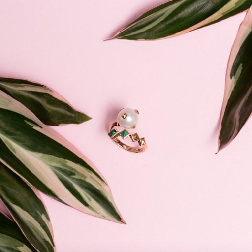 Anel de pérola Bergerson Coleção Du Jour fundo rosa e folhas verde escuras com pontas rosa