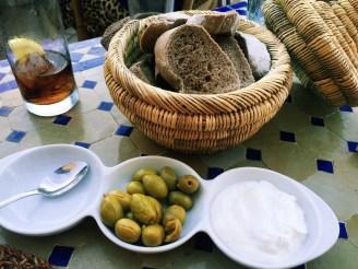 Oliven mit frischem Brot (4,20€)