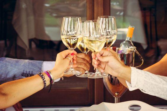 aperitivo-estate-vino-calice