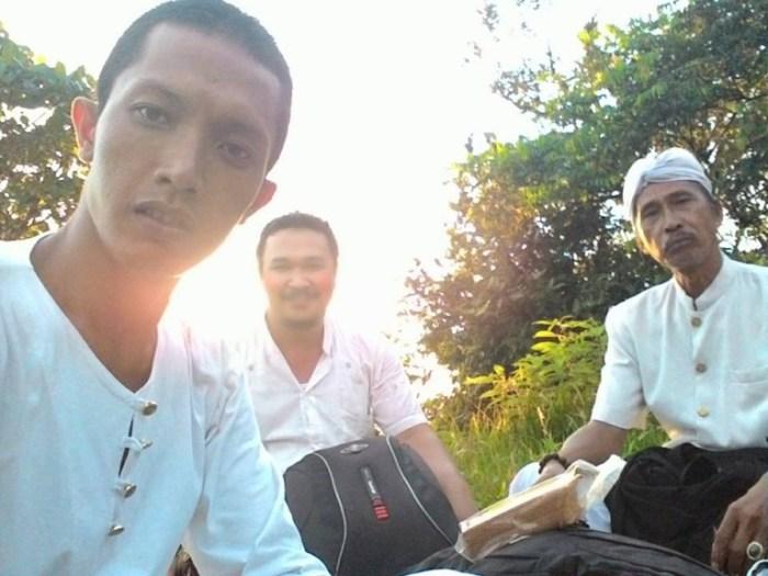 Made, Saya dan Jro Mangku Gde sesampainya di Swah Loka