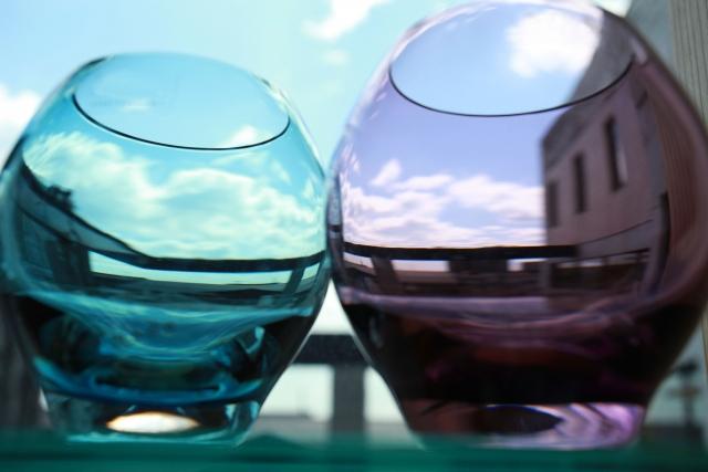 キレイなグラスが街の風景にフィルタかけたかの様子。