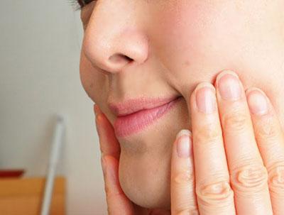 orbis-uによる肌のハリを実感する女性