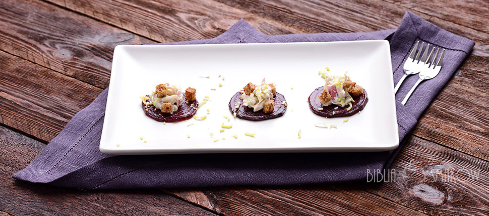 Karmelizowany burak, sałatka z surimi i grzanki razowe