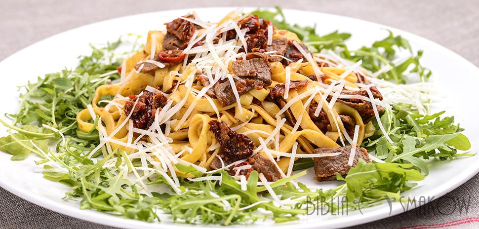 Fettuccine z wołowiną i suszonymi pomidorami