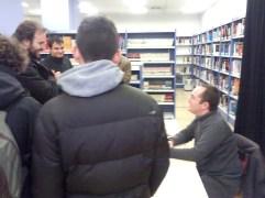 """Fernando Lafuente firmando """"Infección"""""""